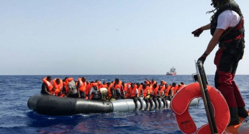 1242252-une-operation-de-secours-menee-par-un-membre-de-l-equipage-du-navire-ocean-viking-aupres-d-un-canot