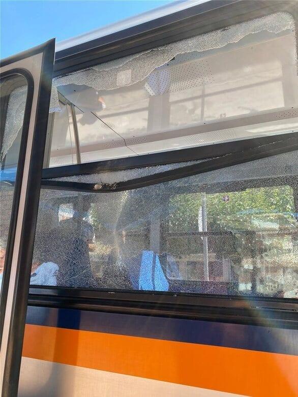 Αχαΐα - Διακοπτό: Βράχια έπεσαν πάνω σε βαγόνι του Οδοντωτού (φωτο)