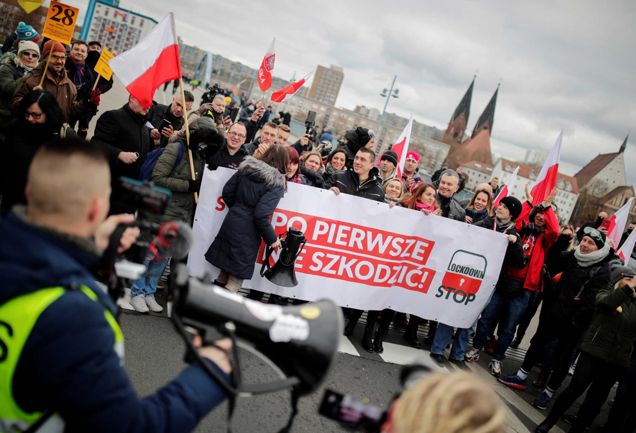 Coronavirus skeptics protest against government restrictions, amid the coronavirus disease (COVID-19) outbreak at the border in Slubice, Poland, November 28, 2020. REUTERS/Hannibal Hanschke