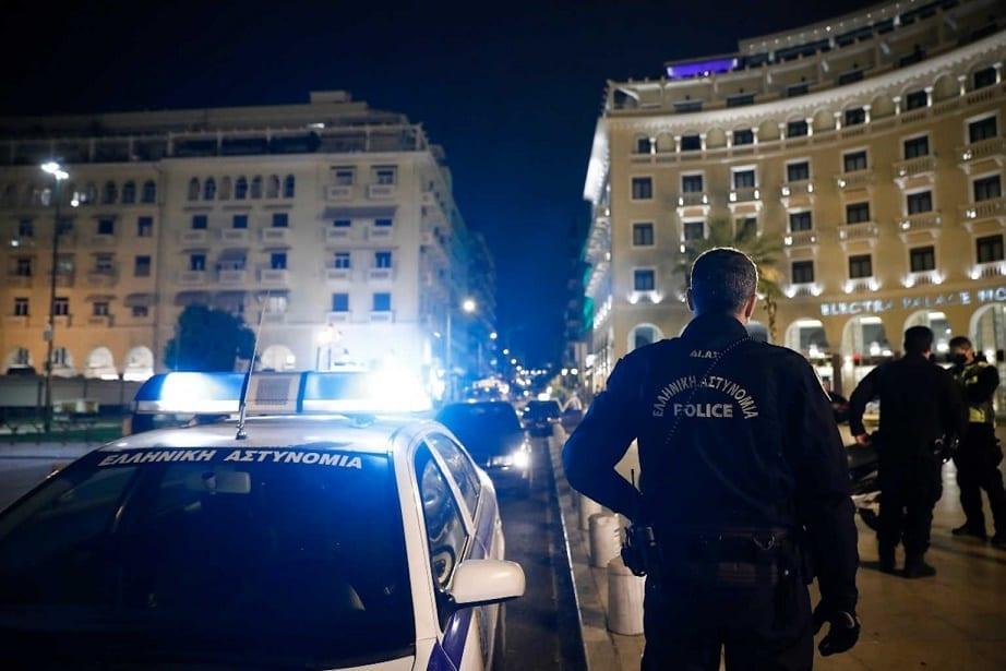 Άνδρες και γυναίκες της ΕΛ.ΑΣ. και της Δημοτικής Αστυνομίας πραγματοποιούν νυχτερινή περιπολία στο κέντρο της Θεσσαλονίκης, Τετάρτη 04 Νοεμβρίου 2020. Συνεχείς είναι οι έλεγχοι στη Θεσσαλονίκη από μικτά κλιμάκια της ΕΛΑΣ και της Δημοτικής Αστυνομίας προκειμένου να διαπιστωθεί κατά πόσο οι πολίτες τηρούν τα μέτρα του lockdown. ΑΠΕ-ΜΠΕ/ΑΠΕ-ΜΠΕ/ΔΗΜΗΤΡΗΣ ΤΟΣΙΔΗΣ