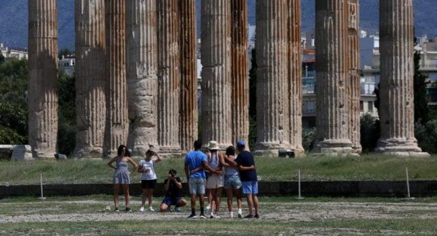 Τουρίστες επισκέπτονται τον αρχαιολογικό χώρο του Ναού του Ολυμπίου Διός, Αθήνα, Σάββατο 14 Ιουλίου 2018. ΑΠΕ-ΜΠΕ/ΑΠΕ-ΜΠΕ/ΟΡΕΣΤΗΣ ΠΑΝΑΓΙΩΤΟΥ