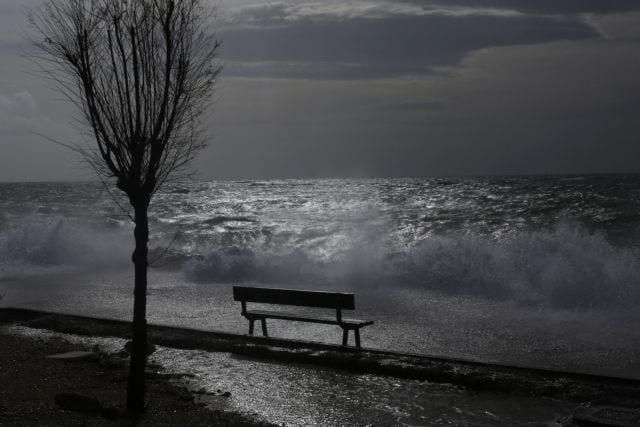 Δυνατοί νότιοι άνεμοι σαρώνουν την ακτή του Φαληρικού όρμου,  Παρασκευή 1 Δεκεμβρίου 2017.  ΑΠΕ-ΜΠΕ/ΑΠΕ-ΜΠΕ/ΟΡΕΣΤΗΣ ΠΑΝΑΓΙΩΤΟΥ