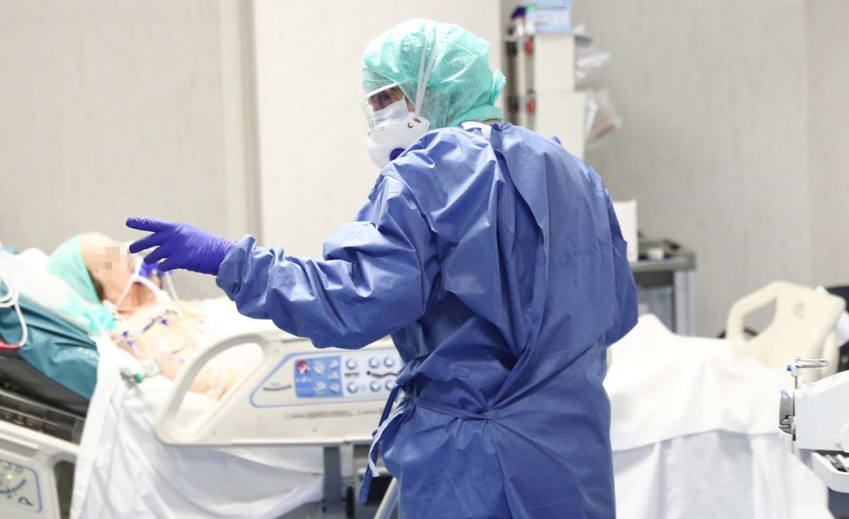 epa08306803 Healthcare personnel wearing protective suits and mask at work in the intensive care unit of the Brescia's Hospital, Italy, 19 March 2020. Italy has reported at least 35,713 confirmed cases of the COVID-19 disease caused by the SARS-CoV-2 coronavirus and 2,978 deaths so far. The Mediterranean country remains in total lockdown as the pandemic disease spreads through Europe.  EPA/FILIPPO VENEZIA