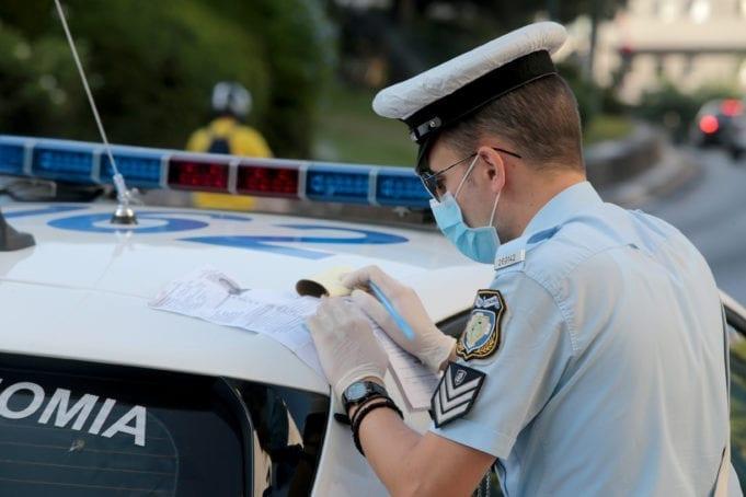 Αστυνομικοί επιβάλουν πρόστιμο σε επιβάτη λεωφορείου ο οποίος  δεν χρησιμοποιούσε μάσκα , Τετάρτη 5 Αυγούστου 2020.  Συνεχίζονται οι έλεγχοι της αστυνομίας σε λεωφορεία και ταξί καθώς η χρήση μάσκας είναι υποχρεωτική στα Μέσα Μαζικής Μεταφοράς , στα ταξί και στα επαγγελματικής χρήσης οχήματα για τους επιβάτες και τον οδηγό σαν μέτρο αποφυγής διασποράς του covid19. ΑΠΕ-ΜΠΕ/ΑΠΕ-ΜΠΕ/Παντελής Σαίτας