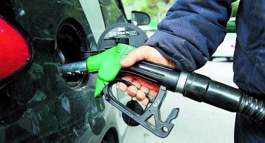 Αισθητές είναι οι αυξήσεις στις τιμές της βενζίνης λόγω της αναπροσαρμογής του Ειδικού Φόρου Κατανάλωσης, Πέμπτη 11 Φεβρουαρίου 2010. Με το νομοσχέδιο που κατατέθηκε προχθες, ο Ειδικός Φόρος Κατανάλωσης στη βενζίνη αυξάνεται κατά 29,3%.  ΑΠΕ-ΜΠΕ/ΑΠΕ-ΜΠΕ/ΣΥΜΕΛΑ ΠΑΝΤΖΑΡΤΖΗ