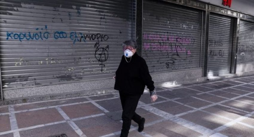 Daily life in the city, during the outbreak of the novel Coronavirus (COVID-19) Pandemic in Athens Greece on April 9, 2020. Greece is on the eighteenth day of a strict nationwide lockdown seeking to halt the spread of the COVID-19 infection caused by novel coronavirus, with excursions from the home limited to attending work, buying food, visiting the doctor, walking the dog or going for a solitary jog./ Καθημερινότητα στην πόλη, στην περιόδο της Πανδημίας του νέου κορωναϊού (COVID-19), Αθήνα, 9 Απριλίου, 2020. Η Ελλάδα βρίσκεται στην δέκατη όγδοη ημέρα επιβολής απαγόρευσης κυκλοφορίας επιδιώκοντας να σταματήσει η εξάπλωση της μόλυνσης από τον κοροναϊό COVID-19, με εξαίρεση την έξοδο για και απο το χώρο εργασίας, αγορές τροφίμων, επίσκεψη σε γιατρό και φαρμακείο ή βόλτα κατοικίδιου και προσωπική άσκηση.