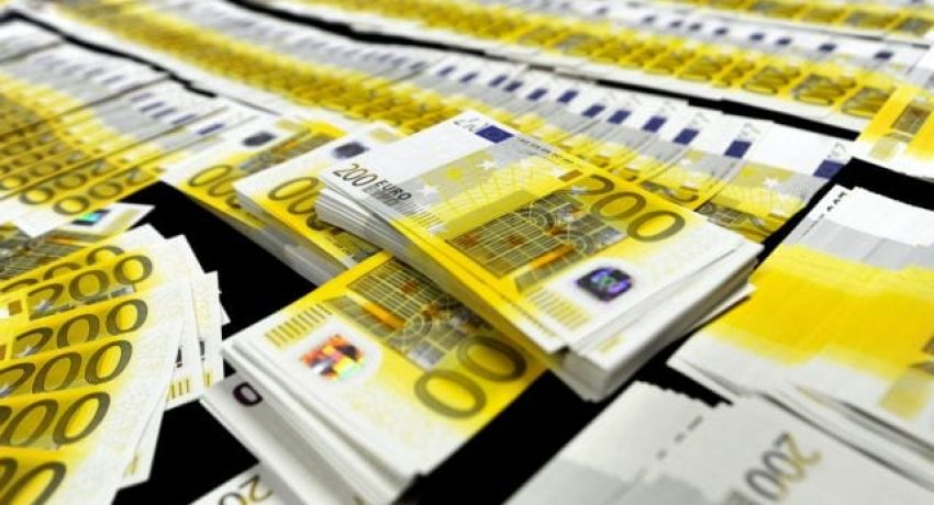 epa03592545 Portuguese judiciary police seized 1,901 200 euro bank notes during an operation in Porto, Portugal, 20 February 2013. The haul is considered one of the biggest seizures ever of counterfeit money, according to reports.  EPA/FERNANDO VELUDO