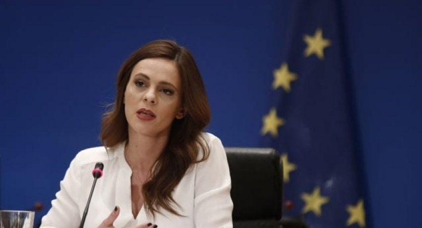 Η υπουργός Εργασίας Έφη Αχτσιόγλου παρουσιάζει παρουσία του πρωθυπουργού Αλέξη Τσίπρα (ΔΕΝ ΕΙΚΟΝΙΖΕΤΑΙ), στο Ζάππειο Μέγαρο σε συνέντευξη τύπου τη δέσμη θετικών μέτρων στο πλαίσιο της νέας οικονομικής πολιτικής που ήδη έχει προαναγγείλει, Τρίτη 7 Μαΐου 2019. ΑΛΕΞΑΝΔΡΟΣ ΒΛΑΧΟΣ