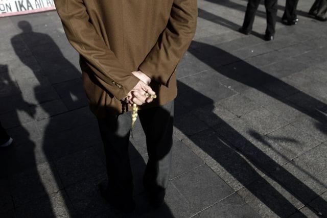 Συνταξιούχοι συγκεντρώνονται στην πλατεία Εθνικής Αντίστασης (πρώην Κοτζιά) κατά τη διάρκεια συγκέντρωσης διαμαρτυρίας που πραγματοποιούν ενάντια στον ασφαλιστικό, Αθήνα, Πέμπτη 26 Νοεμβρίου 2015. ΑΠΕ-ΜΠΕ/ΑΠΕ-ΜΠΕ/ΓΙΑΝΝΗΣ ΚΟΛΕΣΙΔΗΣ