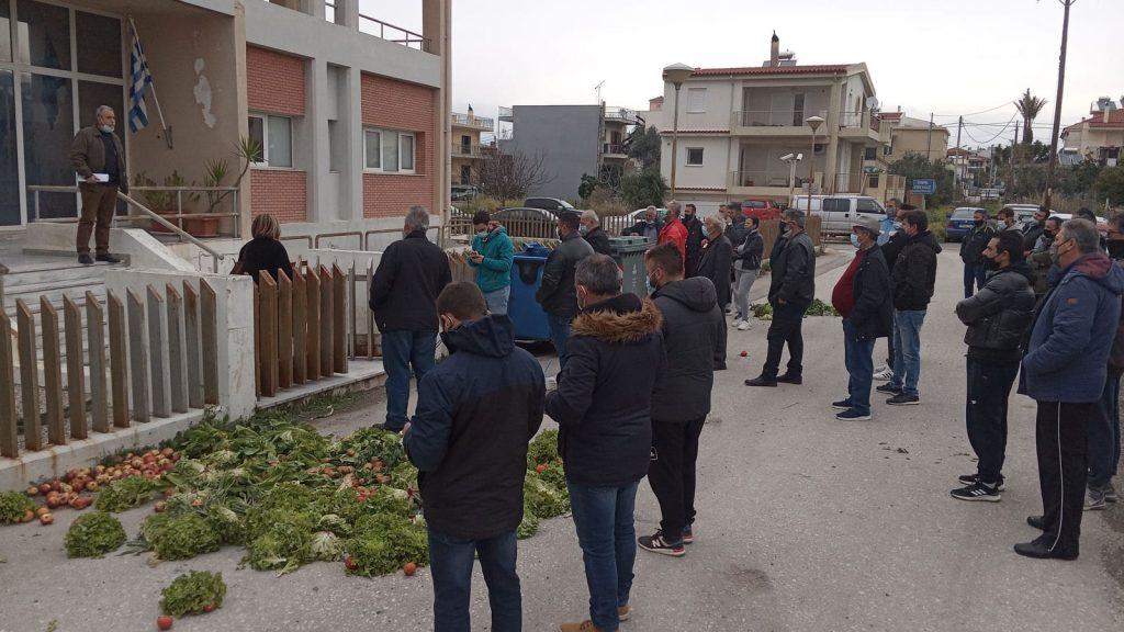 Δυτ. Ελλάδα: Κινητοποίηση λαϊκών αγορών Πάτρας- Πέταξαν τα προϊόντα τους έξω από την Περιφέρεια Δυτικής Ελλάδας