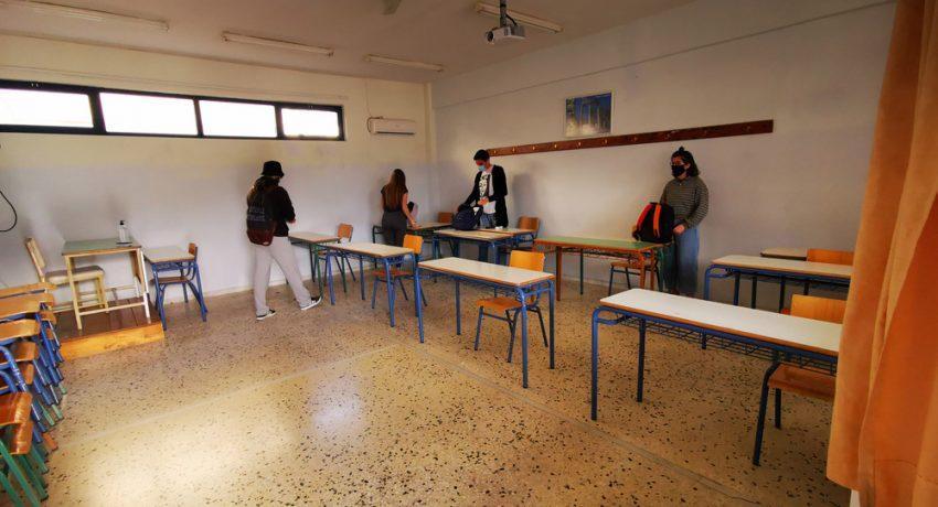 Μαθητές της Γ΄ Λυκείου φορούν μάσκες και κρατούν απόσταση στην αίθουσα διδασκαλίας, τη  Δευτέρα 11 Μαΐου 2020. Σε ένα πρωτόγνωρο, περιβάλλον μπήκαν στις τάξεις τους οι μαθητές της Γ' Λυκείου των δυο σχολείων στο Ναύπλιο. Οι μαθητές μπήκαν κατευθείαν στις τάξεις χωρίς την πρωινή συγκέντρωση, ενώ πολλοί καθηγητές και μαθητές ήταν εφοδιασμένοι με μάσκες προστασίας αλλά και μεζούρες για την τήρηση των αποστάσεων. Η επιστροφή στα σχολεία δύο μήνες μετά το κλείσιμο τους ήταν κάπως αμήχανη, καθώς καθηγητές και μαθητές θα πρέπει να έχουν συνέχεια στο μυαλό τους τα νέα μέτρα κατά του κορονοϊού. Από σήμερα λοιπόν μπήκαν σε εφαρμογή αυστηρά μέτρα, τα οποία θα πρέπει να τηρούνται ευλαβικά, από τους μαθητές της Γ' Λυκείου, ενώ την επόμενη εβδομάδα – 18 Μαΐου – θα ακολουθήσουν οι μαθητές των υπόλοιπων τάξεων του Γυμνασίου και του Λυκείου. Άγνωστο ακόμη παραμένει αν και πότε θα γυρίσουν στα σχολεία οι μαθητές του δημοτικού. Τις τελευταίες οδηγίες στους μαθητές έδωσε ο Λυκειάρχης  των σχολείων. ΑΠΕ-ΜΠΕ /ΑΠΕ-ΜΠΕ/ΜΠΟΥΓΙΩΤΗΣ ΕΥΑΓΓΕΛΟΣ