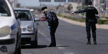 Αστυνομικός έλεγχος στην λεωφόρο Mαραθώνος, Αθήνα, Μεγάλη Παρασκευή, 17 Απριλίου 2020.