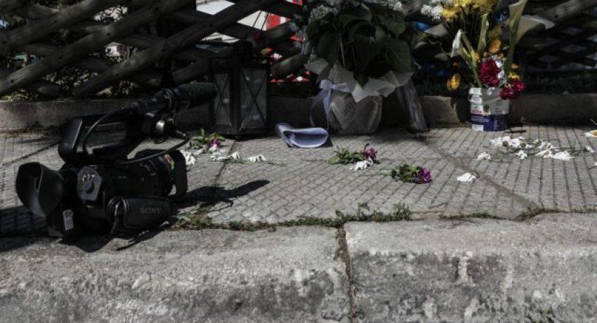 Κόσμος αφήνει λουλούδια στο σημείο όπου έπεσε νεκρός ο δημοσιογράφος Γιώργος Καραϊβάζ, στον Άλιμο Σάββατο 10 Απριλίου 2021. Ο Γιώργος Καραϊβάζ δολοφονήθηκε από δύο αγνώστους έξω από το σπίτι του το μεσημέρι της Παρασκευής. (EUROKINISSI/ΓΙΑΝΝΗΣ ΠΑΝΑΓΟΠΟΥΛΟΣ)