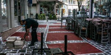 Προετοιμασίες για το άνοιγμα της εστίασης στην Δράμα. (EUROKINISSI/ΔΗΜΗΤΡΗΣ ΜΕΣΣΗΝΗΣ)