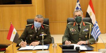 Την Τετάρτη 07 Απριλίου 2021, πραγματοποιήθηκε συνάντηση μεταξύ αντιπροσωπειών του Γενικού Επιτελείου Εθνικής Άμυνας και του Γενικού Επιτελείου Ενόπλων Δυνάμεων της Αιγύπτου, στο πλαίσιο της οποίας υπεγράφη το Πρόγραμμα Διμερούς Στρατιωτικής Συνεργασίας για το έτος 2021. Το εν λόγω Πρόγραμμα περιλαμβάνει ένα ευρύ πλέγμα δράσεων που θα υλοποιηθούν τόσο στην Ελλάδα όσο και στην Αίγυπτο, εστιάζοντας κυρίως στην διεξαγωγή κοινών ασκήσεων και εκπαιδευτικών δραστηριοτήτων και των τριών Κλάδων των Ενόπλων Δυνάμεων. Η Στρατιωτική Συνεργασία μεταξύ των δύο χωρών έχει λάβει ιδιαίτερη δυναμική τα τελευταία χρόνια, ενώ για το 2021 προγραμματίζεται να ενισχυθεί έτι περαιτέρω, τόσο με την εκατέρωθεν αξιοποίηση εκπαιδευτικών ευκολιών όσο και με την αναβάθμιση της άσκησης «ΜΕΔΟΥΣΑ» και την διεύρυνση που έχει επιτευχθεί με την συμμετοχή έτερων φίλων και σύμμαχων κρατών σε αυτήν, γεγονός που αναδεικνύει τον καθοριστικό ρόλο που διαδραματίζουν η Ελλάδα και η Αίγυπτος στην ευρύτερη περιοχή της Μεσογείου, της Μέσης Ανατολής και της Βόρειας Αφρικής ως πυλώνες σταθερότητας και ασφάλειας. (EUROKINISSI/ΓΕΕΘΑ)