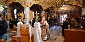Θεία λειτουργία τελέστηκε στον ενοριακό Ιερό Ναό της Άγιας Ειρήνης στη Νέα Κίο Αργολίδας σύμφωνα  με τα μέτρα που ανακοινώθηκαν με τη νέα υπουργική απόφαση  για την παρουσία πιστών στους ναούς  εν όψει  του Πάσχα  την Κυριακή 11 Απριλίου 2021. Την ακολουθία  τέλεσε ο εφημέριος  του ναού πρωτοπρεσβύτερος π. Δημοσθένης Γάτσιος. Με βάση την ΚΥΑ που δημοσιοποιήθηκε, την Κυριακή Δ' των Νηστειών, την Τετάρτη του Μεγάλου Κανόνος, την Παρασκευή του Ακάθιστου, το Σάββατο και την Κυριακή Ε' των Νηστειών θα μπορούν να εισέρχονται σε όλους τους ναούς της χώρας ένας πιστός ανά 25τμ με όριο τα 20 άτομα. Για την προσέλευση στους ναούς οι πολίτες οφείλουν να στέλνουν μήνυμα με τον κωδικό 5 στο 13033. ΑΠΕ-ΜΠΕ /ΑΠΕ-ΜΠΕ/ΜΠΟΥΓΙΩΤΗΣ ΕΥΑΓΓΕΛΟΣ