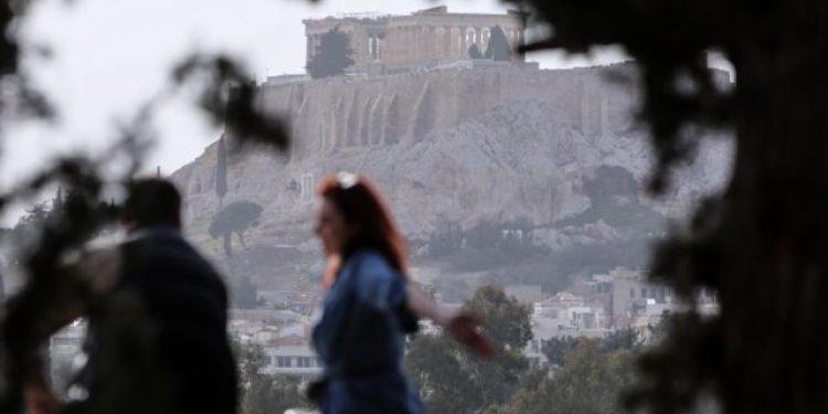 Κόσμος χαλαρώνει στο Καλλιμάρμαρο, μετά από τις νέες αλλαγές στα μέτρα του lockdown, Αθήνα, 4 Απριλίου, 2021