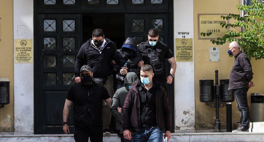 Στον Εισαγγελέα Ποινικής Δίωξης οδηγήθηκε ο Μένιος Φουρθιώτης, την Μεγ. Τετάρτη 28 Απριλίου 2021. Μαζί με τον παρουσιαστή στον εισαγγελέα οδηγήθηκαν και δύο ακόμα άτομα. Ο παρουσιαστής φέρεται να πλήρωσε 40.000 ευρώ τους δυο συγκατηγορούμενούς του προκειμένου να κάνουν τις επιθέσεις με εκρηκτικό μηχανισμό και με καλάσνικοφ στο σπίτι του στον Διόνυσο.  (EUROKINISSI/ΒΑΣΙΛΗΣ ΡΕΜΠΑΠΗΣ)