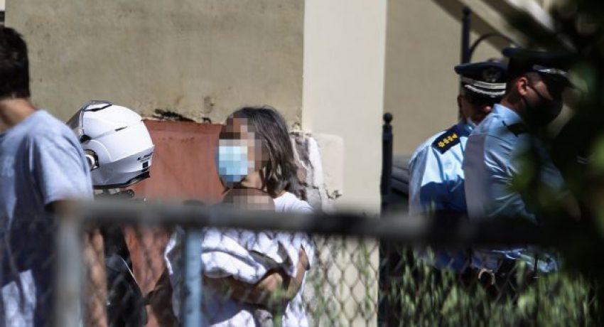 Νεκρή νεαρή γυναίκα δίπλα στο μωρό της και τον δεμένο σύζυγό της στο σπίτι τους στα Γλυκά Νερά, Τρίτη 11 Μαΐου 2021. (EUROKINISSI/ΘΑΝΑΣΗΣ ΔΗΜΟΠΟΥΛΟΣ)