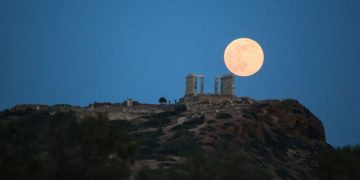 The full moon rises by the ancient temple of Poseidon at cape Sounio, some 65 km southeast of Athens, on May 29, 2018. / Η πανσέληνος υψώνεται πάνω από τον αρχαίο ναό του Ποσειδώνα στο ακρωτήριο Σούνιο, Αθήνα, 29 Μαΐου 2018.