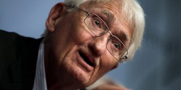 epa03814765 German philosopher Juergen Habermas speaks during a press conference in Athens, Greece, 06 August 2013. Addressing the 23rd World Congress of Philosophy, held in Athens for the first time, Habermas analysed the European crisis from the angle of lack of political solidarity and stated that the European unification should be completed to restore balance between politics and the market.  EPA/SIMELA PANTZARTZI