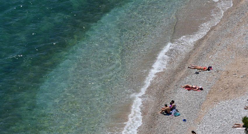 Λουόμενοι κάνουν μπάνιο στην παραλία της Αρβανιτιάς στο Ναύπλιο, Κυριακή 10 Μαΐου 2020.  ΑΠΕ-ΜΠΕ /ΑΠΕ-ΜΠΕ/ΜΠΟΥΓΙΩΤΗΣ ΕΥΑΓΓΕΛΟΣ