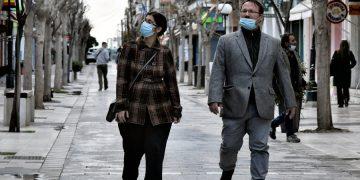 Κάτοικοι της Κορίνθου φορώντας προστατευτικές μάσκες περιπατάνε σε δρόμο της πόλης, Πέμπτη 11 Μαρτίου 2021. ΑΠΕ-ΜΠΕ/ΑΠΕ-ΜΠΕ/ΒΑΣΙΛΗΣ ΨΩΜΑΣ