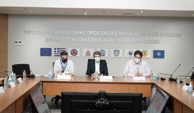 Ευρεία σύσκεψη υπό τον Υπουργό Προστασίας του Πολίτη, Μιχάλη Χρυσοχοΐδη, και τον Υφυπουργό Πολιτικής Προστασίας και Διαχείρισης Κρίσεων, Νίκο Χαρδαλιά, στο Κέντρο Επιχειρήσεων της Πολιτικής Προστασίας, για το βέλτιστο συντονισμό όλων των συναρμόδιων φορέων και την καλύτερη αντιμετώπιση των συνεπειών του ισχυρού κύματος καύσωνα που αναμένεται να πλήξει τη χώρα στην Αθήνα, στις 30 Ιουλίου 2021