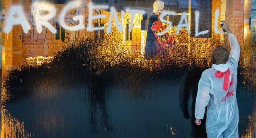 La vitrine de la Samaritaine a été recouverte de peinture noire et une banderole contre Bernard Arnault est déployée