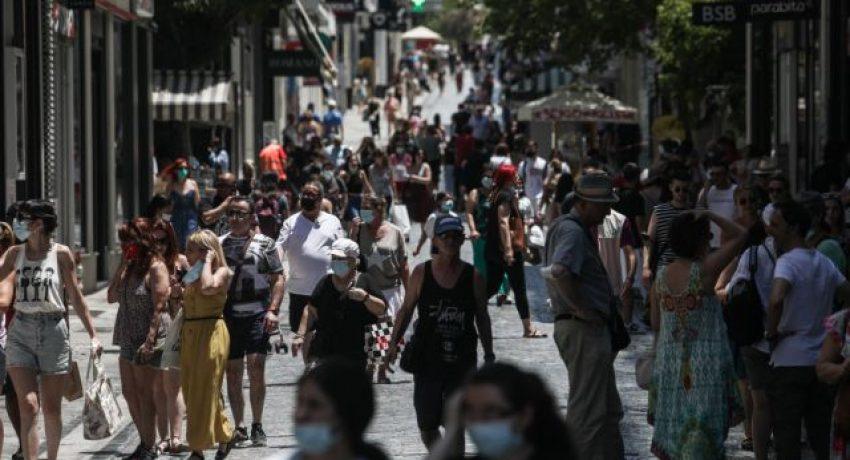 Στιγμιότυπο από την οδό Ερμού, την Δευτέρα 5 Ιουλίου 2021, ημέρα έναρξης των θερινών εκπτώσεων. Οι θερινές εκπτώσεις, βάσει της νομοθεσίας, ξεκινούν τη δεύτερη Δευτέρα του Ιουλίου, όμως φέτος λόγω της κατάστασης, το υπουργείο Ανάπτυξης και Επενδύσεων αποφάσισε την πρόωρη έναρξή τους σε μία προσπάθεια να τονωθεί η εμπορική κίνηση. (EUROKINISSI/ΒΑΣΙΛΗΣ ΡΕΜΠΑΠΗΣ)