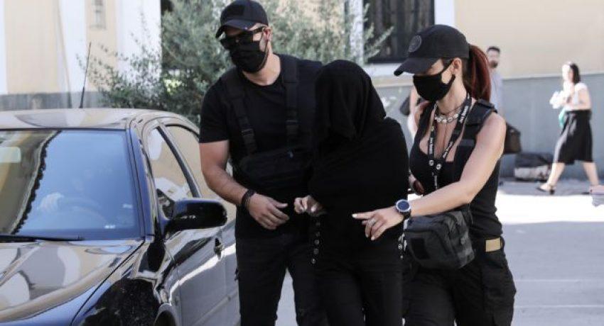 Η κατηγορούμενη για την επίθεση με βιτριόλι, στον ανακριτή, στα δικαστήρια Ευελπίδων, στην Αθήνα, 16 Ιουνίου, 2020