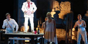 """Φωτογραφία που δόθηκε σήμερα στη δημοσιότητα και εικονίζει καλλιτέχνες να ερμηνεύουν στη μουσική παράσταση """"Avanti Dario"""" των Σταμάτη Κραουνάκη και Λίνας Νικολακοπούλου, η οποία παρουσιάστηκε στο Ωδείο Ηρώδου Αττικού, την Πέμπτη 9 Ιουλίου 2015. Η παράσταση εντάσσεται στο πλαίσιο εκδηλώσεων του Φεστιβάλ Αθηνών & Επιδαύρου. Στην παράσταση έλαβαν μέρος οι: Μάγια Λυμπεροπούλου, Δάνης Κατρανίδης, Αγγελος Παπαδημητρίου, Ελένη Ουζουνίδου, Φωτεινή Μπαξεβάνη, Αλεξάνδρα Καρακατσάνη, Χάρης Φλέουρας, Παναγιώτης Παναγόπουλος, Δημήτρης Μάριζας και η ομάδα μουσικού θεάτρου Σπείρα-Σπείρα. Παρασκευή 10 Ιουλίου 2015. ΑΠΕ-ΜΠΕ/ ΦΕΣΤΙΒΑΛ ΑΘΗΝΩΝ/ ΘΩΜΑΣ ΔΑΣΚΑΛΑΚΗΣ"""