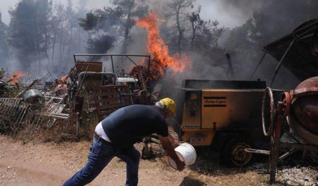 Κατάσβεση πυρκαγιάς στην Σταμάτα Αττικής στις 27 Ιουλίου, 2021./ Firefighters and inhabitants try to extinguish a wildfire in the Stamata region Attika, Greece on July 27, 2021.