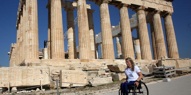 Η παραολυμπιονίκης Κέλλυ Λουφάκου στον Ιερό Βράχο της Ακρόπολης, Αθήνα Τρίτη 20 Ιουλίου 2021. Η Κέλλυ Λουφάκου, όπως και οι περισσότεροι παραολυμπιονίκες, ανεβαίνει για πρώτη φορά στην Ακρόπολη μετά το ατύχημα που άλλαξε τη ζωή της. Η υπουργός Πολιτισμού & Αθλητισμού Λίνα Μενδώνη θα υποδεχθεί τους Έλληνες παραολυμπιονίκες στον Ιερό Βράχο της Ακρόπολης πριν αυτοί φύγουν για τους Παραολυμπιακούς Αγώνες στο Τόκυο. ΑΠΕ-ΜΠΕ/ΑΠΕ-ΜΠΕ/ΟΡΕΣΤΗΣ ΠΑΝΑΓΙΩΤΟΥ