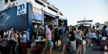 Αυξημένη από το πρωί η κίνηση στο λιμάνι του Πειραιά, για την αναχώρηση ταξιδιωτών για τα νησιά. Αυστηροί οι έλεγχοι στην είσοδο των πλοίων για τα απαιτούμενα πιστοποιητικά για τον Covid-19 προκειμένου να γίνει η επιβίβαση, Παρασκευή 16 Ιουλίου 2021  (EUROKINISSI/ΜΙΧΑΛΗΣ ΚΑΡΑΓΙΑΝΝΗΣ)