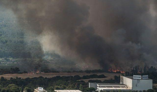 Πυρκαγιά στην Άνω Βαρυμπόμπη του δήμου Αχαρνών, την Τρίτη 3 Αυγούστου 2021. Η φωτιά ξέσπασε ανατολικά στα βασιλικά κτήματα στη Βαρυμπόμπη. Κινητοποιήθηκαν και επιχειρούν 60 πυροσβέστες με 20 οχήματα, δύο ομάδες πεζοπόρων τμημάτων, τέσσερα ελικόπτερα και τέσσερα αεροσκάφη, μεταξύ των οποίων και το ρωσικό Beriev 200. (EUROKINISSI/ΛΥΔΙΑ ΒΕΡΟΠΟΥΛΟΥ)