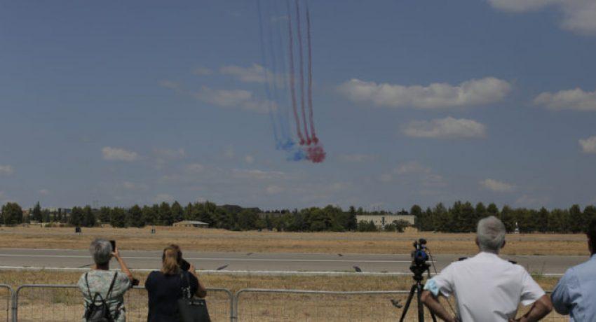 Επισκέπτες παρακολουθούν πτήσεις του ακροβατικού σμήνους Patrouille Acrobatique de France κατά τη διάρκεια δοκιμαστικών πτήσεωνστο αεροδρόμιο της Τανάγρας, στο πλάισιο των εκδηλώσεων επίδειξης αεροσκαφών Athens Flying Week 2021, Παρασκευή 3 Σεπτεμβρίου 2021.  ΑΠΕ-ΜΠΕ/ΑΠΕ-ΜΠΕ/ΚΩΣΤΑΣ ΤΣΙΡΩΝΗΣ