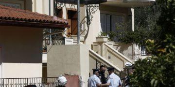 Αστυνομικοί ερευνούν το σπίτι όπου μια 20χρονη γυναίκα εντοπίστηκε δολοφονημένη, μέσα στη μεζονέτα που διέμενε στα Γλυκά Νερά, ενώ δίπλα βρισκόταν δεμένος σε μια καρέκλα ο σύζυγός της, Τρίτη 11 Μαΐου 2021. Στο σπίτι βρισκόταν και το ενός έτους μωρό τους. Οι άγνωστοι δράστες σκότωσαν και τον σκύλο της οικογένειας, ενώ στη συνέχεια τον κρέμασαν. Η εκτίμηση της ΕΛΑΣ είναι ότι πρόκειται για ληστεία μετά φόνου, ενώ η άτυχη γυναίκα πιθανότατα στραγγαλίστηκε. Στο σημείο έσπευσαν αστυνομικοί του Τμήματος Ανθρωποκτονιών, το οποίο διενεργεί προανάκριση για την υπόθεση. Σύμφωνα με τις ίδιες αστυνομικές πηγές, ο σύζυγος, o οποίος είναι σοκαρισμένος, το μόνο που έχει μπορέσει να πει έως αυτή την ώρα σε αστυνομικούς, είναι ότι μπήκαν κακοποιοί στο σπίτι της οικογένειας. ΑΠΕ-ΜΠΕ/ΑΠΕ-ΜΠΕ/ΓΙΑΝΝΗΣ ΚΟΛΕΣΙΔΗΣ