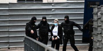 Δίκη της υπόθεσης για την επίθεση με καυστικό υγρό από 37χρονη εναντίον της Ιωάννας Παλιοσπύρου, Πέμπτη 14 Οκτωβρίου 2021. Στο στιγμιότυπο η κατηγορούμενη κατά την είσοδό της στην αίθουσα του Μικτού Ορκωτού Δικαστηρίου.  (ΤΑΤΙΑΝΑ ΜΠΟΛΑΡΗ/EUROKINISSI)